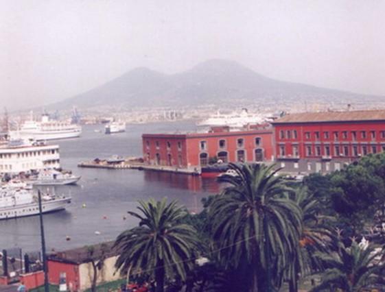 Neapol - střežená i ohrožovaná Vesuvem