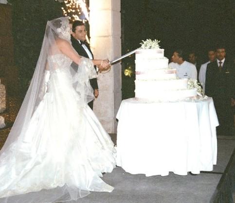 Krájení svatebního dortu mečem